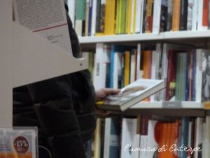Mantova, Libreria Ibs. Dubbi di fronte a una copertina